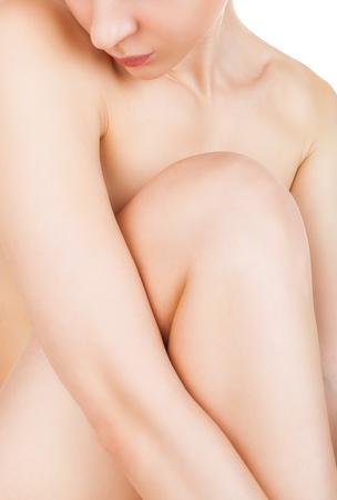 corps femme nue: Close-up belle jeune femme nue assise sur le sol - isolé sur un fond blanc Banque d'images