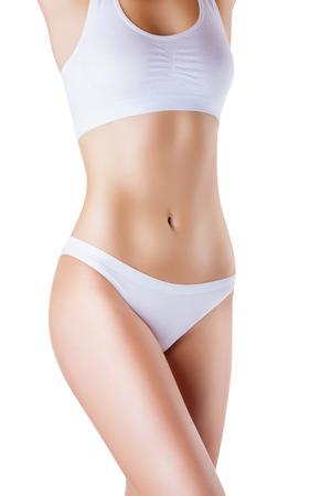 corps femme nue: Belle corps mince d'une femme en lingerie sur le fond blanc