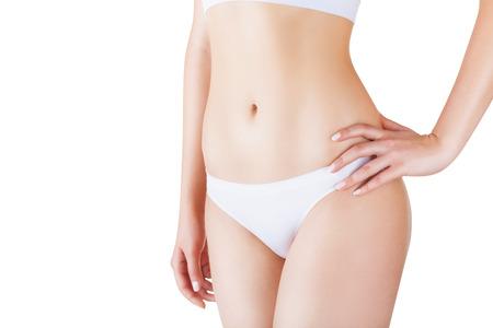 corps femme nue: Jeune femme en culotte blanche isol� sur fond blanc