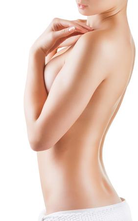 Schöne junge Frau nach Dusche auf weißem Hintergrund