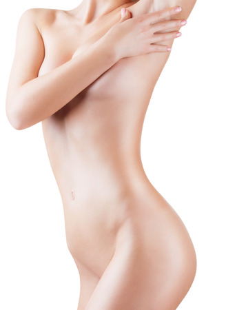 Junge Frau, die ihre saubere Achselhöhle isoliert auf weißem Hintergrund