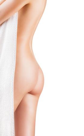 mujer desnuda de espalda: Joven y bella mujer después del baño con una toalla aisladas sobre fondo blanco