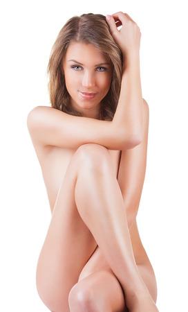 corps femme nue: Belle jeune femme nue assise sur le sol - isol� sur un fond blanc