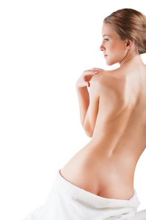 Vuelta hermosa de una mujer joven después de la ducha aislada sobre fondo blanco Foto de archivo