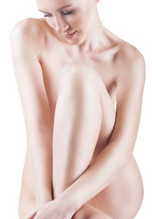 beaux seins: Belle jeune femme nue assise sur le sol - isol� sur un fond blanc