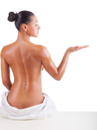 mujer desnuda sentada: Hermosa espalda de una mujer joven en el fondo blanco