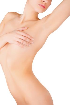mujer sexy desnuda: Mujer joven que mira en su axila limpia aislada sobre fondo blanco