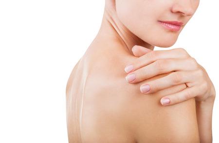 mujer desnuda de espalda: Primer plano Mujer masajear su espalda aislado en fondo blanco Foto de archivo