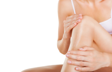 Anwendung Feuchtigkeitscreme Creme auf die Beine isoliert auf weißem Hintergrund