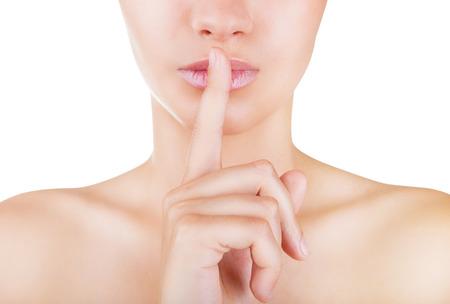 boca cerrada: Close-up retrato de mujer de pidiendo silencio aisladas sobre fondo blanco