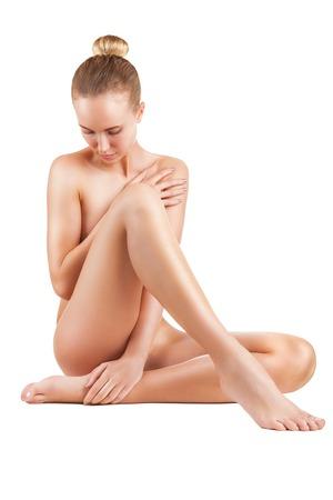 femme nue jeune: Belle jeune femme nue assise sur le sol - isol� sur un fond blanc