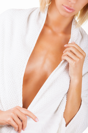 naked young woman: Soins du sein chez la femme - isol� sur blanc