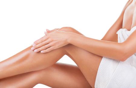 Gepflegtes Frauen Beine nach der Depilation isoliert auf weißem Hintergrund