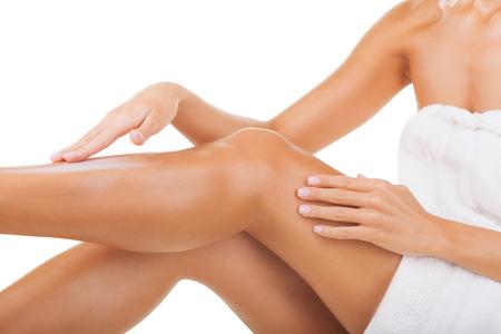 depilacion con cera: El cuidado de las piernas femeninas aisladas en el fondo blanco Foto de archivo