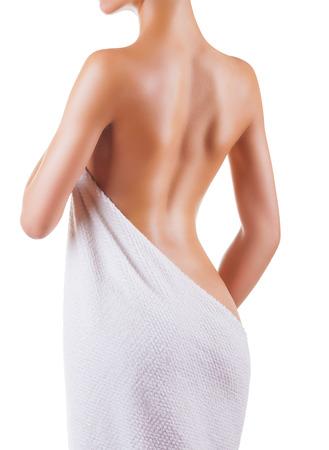 Ideal Rückseite einer jungen Frau nach Dusche auf weißem Hintergrund