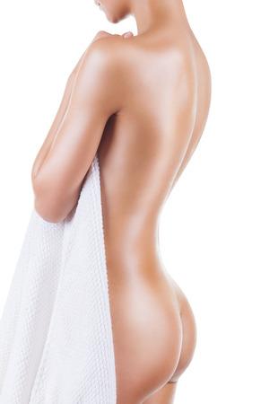 cuerpos desnudos: Joven y bella mujer después del baño con una toalla aisladas sobre fondo blanco