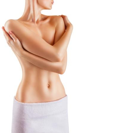 seni: Bella donna sottile copre i suoi seni nudi. Isolato su sfondo bianco Archivio Fotografico