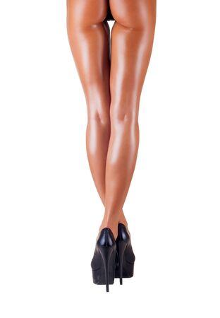 corps femme nue: Brun jambes f�minines en hauts talons isol�s sur fond blanc. Vue arri�re