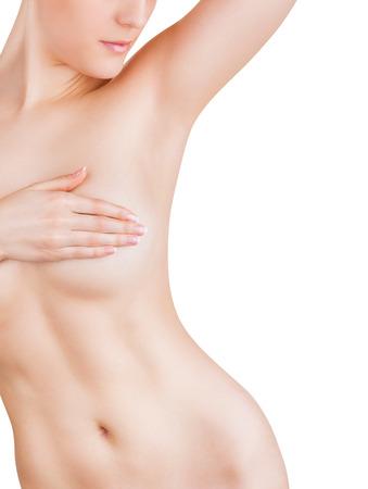 cuerpos desnudos: Mujer joven que mira en su axila limpia aislada sobre fondo blanco
