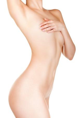 beaux seins: Silhouette �lanc�e d'une femme avec une peau parfaite isol� sur fond blanc