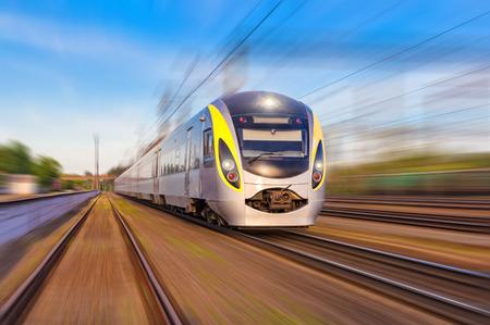 estacion tren: Moderno tren de alta velocidad en un d�a claro con el desenfoque de movimiento Foto de archivo
