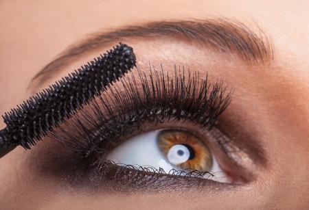 Close-up portret van een mooie vrouw toepassing van mascara voor wimpers Stockfoto