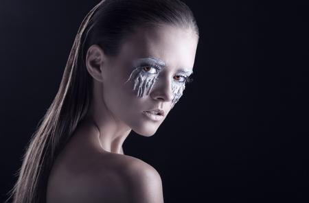 maquillaje de fantasia: Retrato de una mujer hermosa con maquillaje de fantas�a en un negro