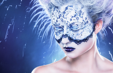 maquillaje fantasia: Retrato de mujer hermosa con maquillaje de fantasía con encaje y cerrados los ojos en un azul