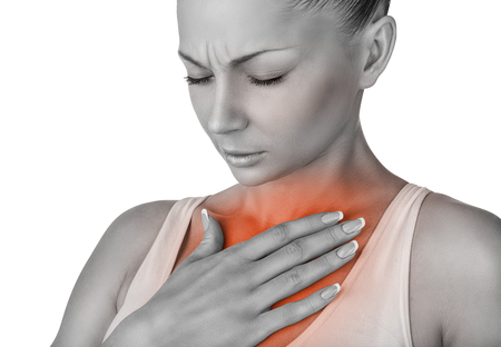dolor de pecho: Mujer sufre resfriados. El concepto de dolor en el pecho