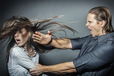Vrouw slachtoffer van huiselijk geweld en misbruik. De ruzie in de familie. Een man slaat een jonge vrouw