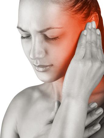 dolor de oido: Mujer joven con dolor de o�do, de la mano en la cabeza. Aislar en el fondo blanco
