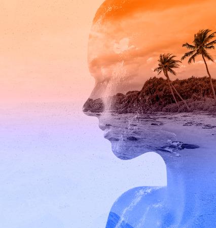 perfil de mujer rostro: Retrato doble exposición de la mujer hermosa y la puesta del sol del mar