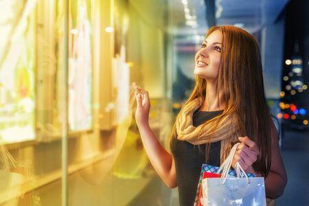 Lächelnde junge Frau beim Einkaufen in einem Outdoor-Mall