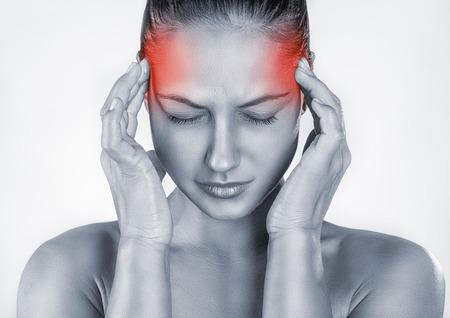 persona deprimida: Mujer con dolor de cabeza aislada sobre fondo blanco