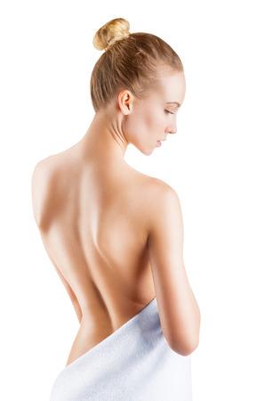 Schöne junge Frau mit nackten Rücken auf einem weißen Hintergrund Standard-Bild