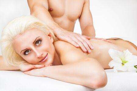 girls naked: Крупным планом красивая белокурая женщина получать массаж на белом фоне Фото со стока