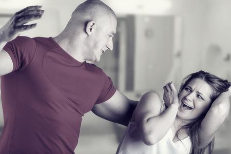 violencia: Mujer v�ctima de violencia dom�stica y el abuso. El marido golpea a su esposa