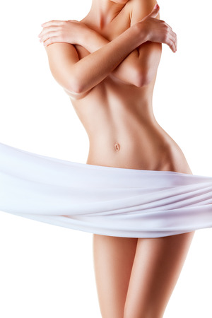 seni: Bella donna sottile che copre il seno nudo isolato su sfondo bianco Archivio Fotografico