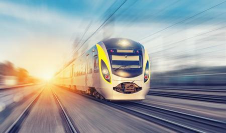 estacion de tren: Moderno tren de alta velocidad en un día claro con el desenfoque de movimiento Foto de archivo