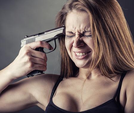 pistola: Mujer con pistola apuntando a su cabeza