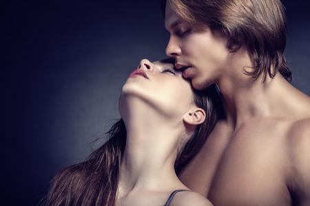nudo maschile: Bella sexy coppia su sfondo scuro
