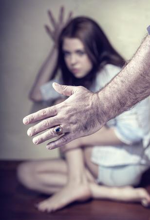 abuso sexual: Mujer víctima de violencia doméstica y el abuso. Enfoque en la mano