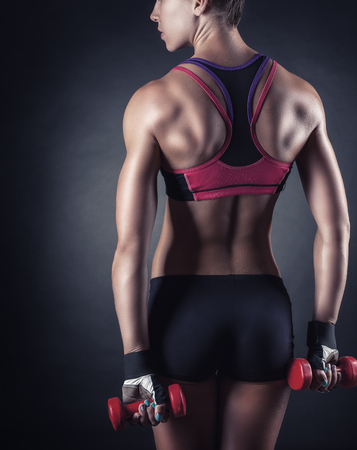 fille nue sexy: Close-up de dos et les fesses de remise en forme femme en tenue de sport sur un fond sombre Banque d'images