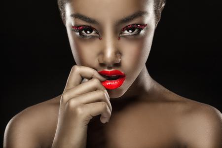 ファッション メイクアップ、赤い唇の美しい黒人女性のクローズ アップ。グラマラスな肖像画