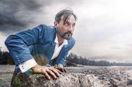 Zakenman baant zich een weg door obstakels. Man van middelbare leeftijd in blauw kostuum en wit overhemd. Succes bedrijfsconcept