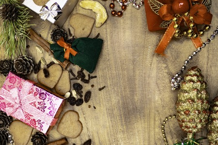 Christmas wooden . Christmas gingerbreads, raisins, ginger, cardamom, cloves, cinnamon gingerbread decorative gifts garlands. 版權商用圖片