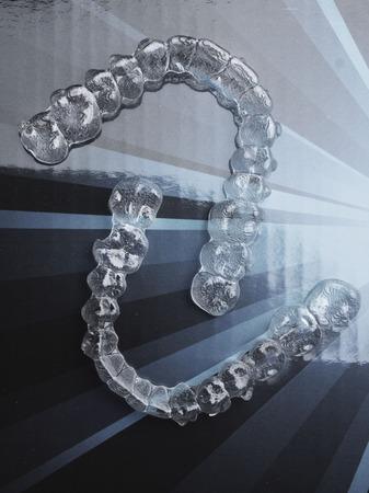 Brackets dentales invisibles Alineadores de dientes Brackets de plástico Retenedores para enderezar los dientes. Alisadores removibles temporales de ortodoncia en consultorio dental cirugía de dentistas Foto de archivo