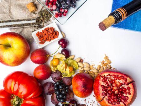 comida rica en resveratrol, uvas, granada, té verde, physalis, arándano, cereza, tomates cacahuetes goji arándano chocolate negro cacao vino tinto