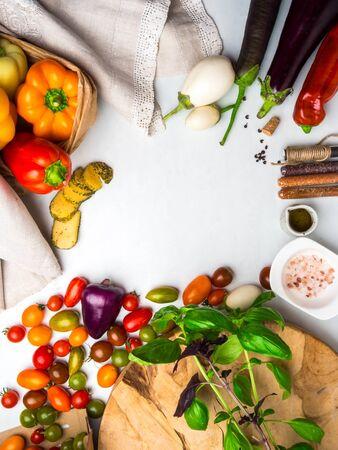 Italiaanse voedselingrediënten achtergrond met groenten, zout, specerijen en kruiden, kaas, olijfolie, basilicum, paprika, aubergine en tomaten in papier bio pack Stockfoto