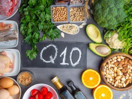 La composición con alimentos contiene coenzima Q10, antioxidante, produce energía para las células, productos contra los radicales libres y apoya el cuerpo a medida que envejece, el sistema inmunológico, mantiene el cuerpo fuerte y saludable y aumenta su capacidad para combatir enfermedades. Foto de archivo